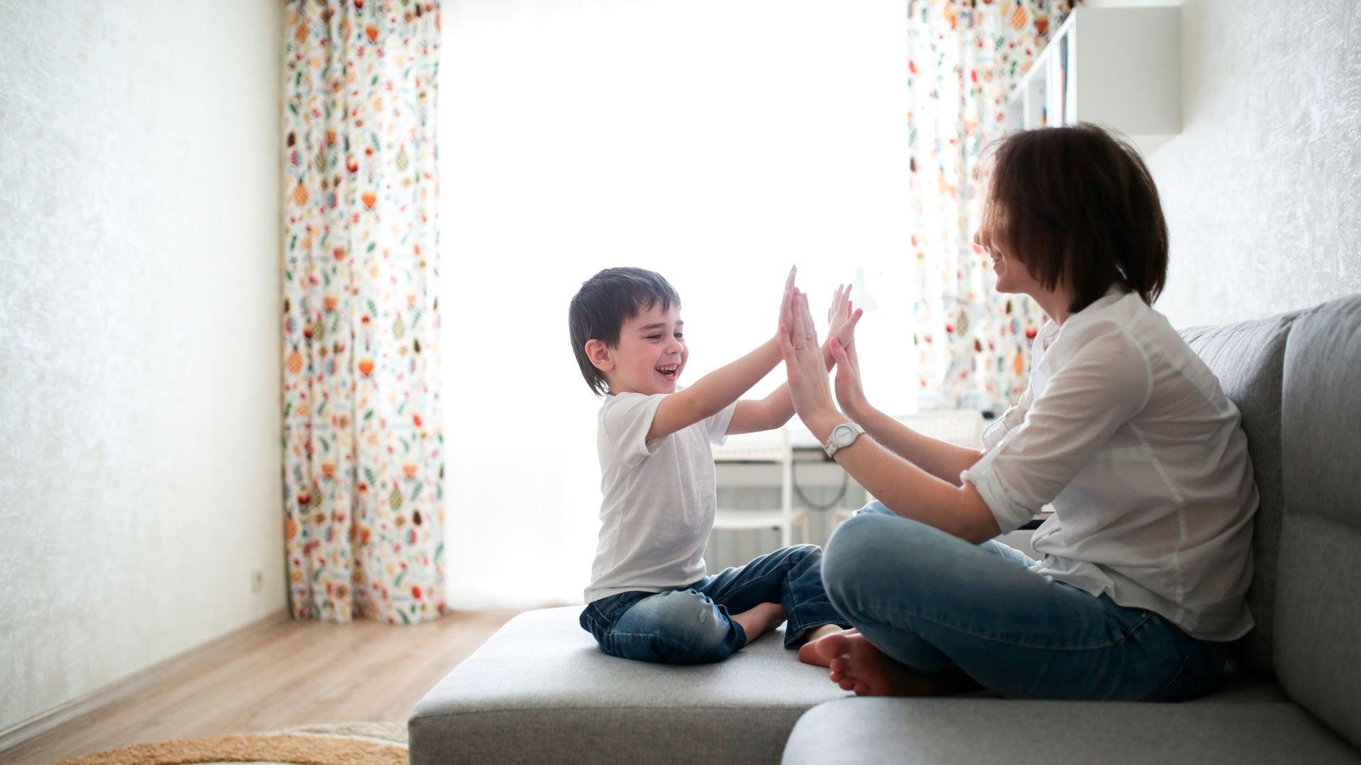 Mamá e hijo sobre un sofá